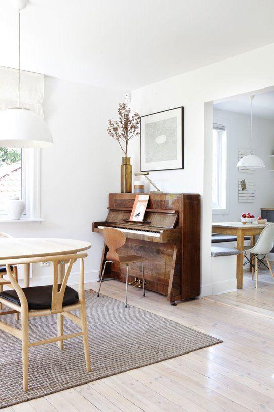 Hoe kun je een piano mooi stylen? Gebruik je daarbij ook de muur achter de piano? Het is de kunst om de piano centraal te laten staan en de decoratie niet de overhand te laten nemen.