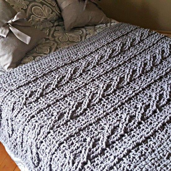 Couverture à motif de câbles torsadés de style chenille de couleur gris foncé. Étonnamment douce et confortable.