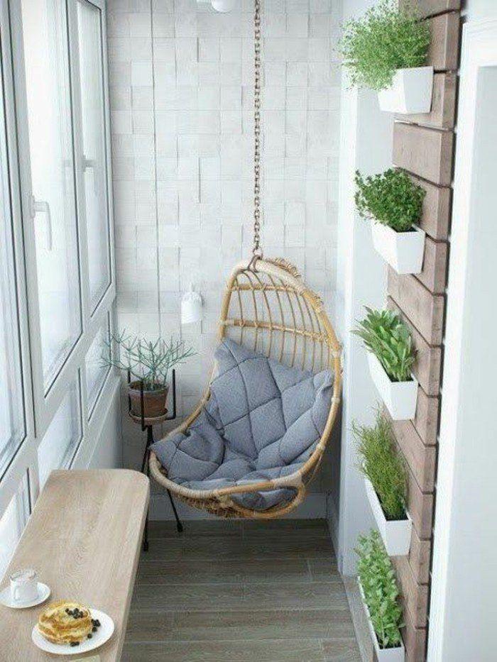 chaise bercante en bois clair, sol en parquet, decoration murale, astus deco balcon d'appartement