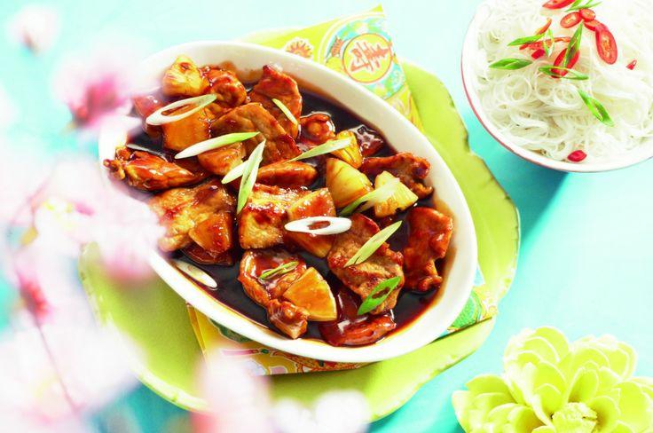 Varkensfilet in zoetzure saus met mihoen / - 200 g ananasstukjes op siroop (blik) - 400 g varkensfilet - 4 eetl. sojasaus - 4 eetl. zonnebloemolie - 1 eetl. bruine basterdsuiker - 1 teentje knoflook - 2 eetl. wittewijnazijn - 3 eetl. tomatenketchup - 2 eetl. honing - 2 eetl. chilisaus - 1 eetl. maïzena - 250 g mihoen - 1 lente-/bosui