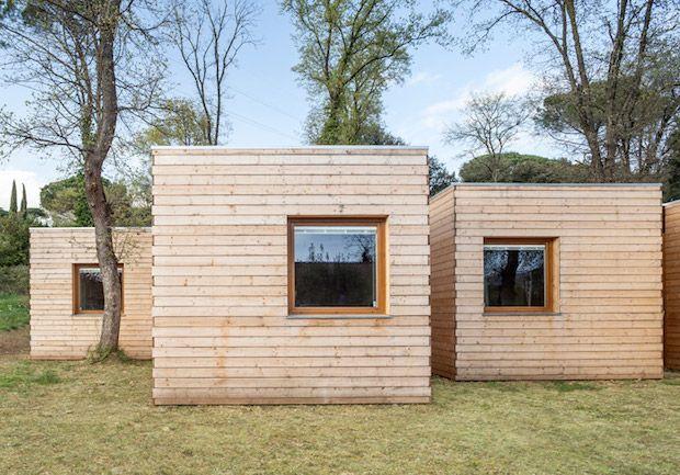 丘の上に並ぶ、6つの小さな小屋。身を寄せ合って並んでいるようなこの小屋たちは、実は中心部分でくっついています。 ...