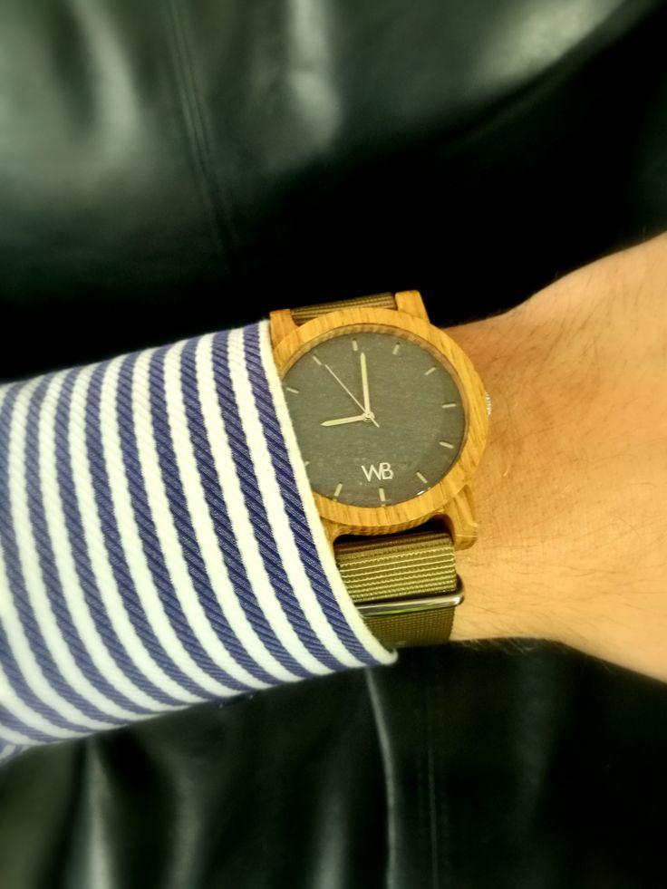 Drewniany zegarek z kamienną tarczą w połączeniu z paskiem nato w kolorze khaki. Rzemieślnicza robota!
