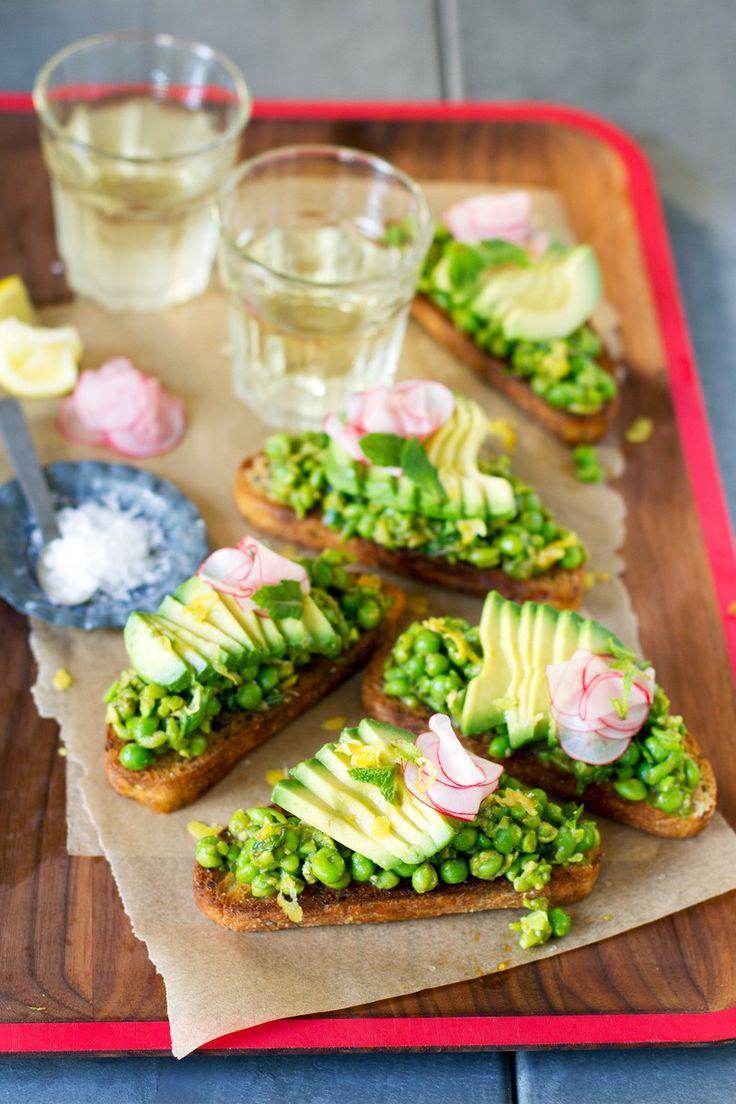 bruschette vegetariane di piselli avocado e ravanelli