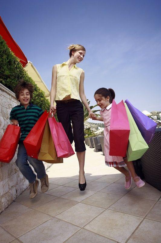Nabízíme odběr papírových tašek od 1 kusu bez příplatků, potisk tašek ve vlastní sítotiskové dílně, ruční výrobu tašek na zakázku od 100 kusů, strojní výrobu od 2.000ks. E-shop se skutečnými on-line stavy skladových zásob.