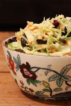 Cette petite salade est typiquement la salade que j'aime manger en plein coeur de l'hiver, aussi doux fusse-t-il. Je suis de celles qui ont un peu de mal à garder une belle part de cru dans leur assiette quand le froid se fait sentir et ce genre de salade hyper croquante m'aide à y parvenir! J'ai découvert avec cette recette le chou pointu que je ne connaissais pas. Il fait partie de la famille des choux cabus. On peut le manger aussi bien cru que cuit. Et cru, il rappelle très clairement…