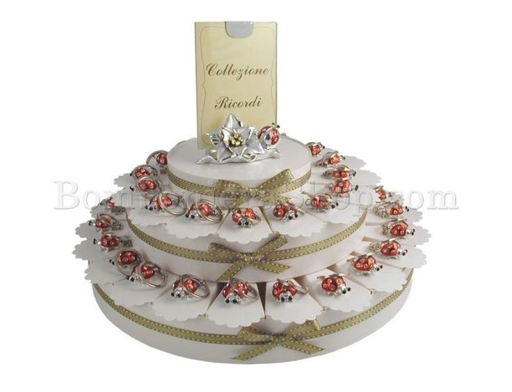 Torta bomboniera da 38 fette con coccinelle portachiavi di colore argento e rosso,... #tortabomboniera #coccinelle #ideabomboniere