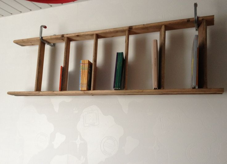 Stoere boekenplank op mijn zoontjes kamer, gemaakt van een oude vlizo trap.