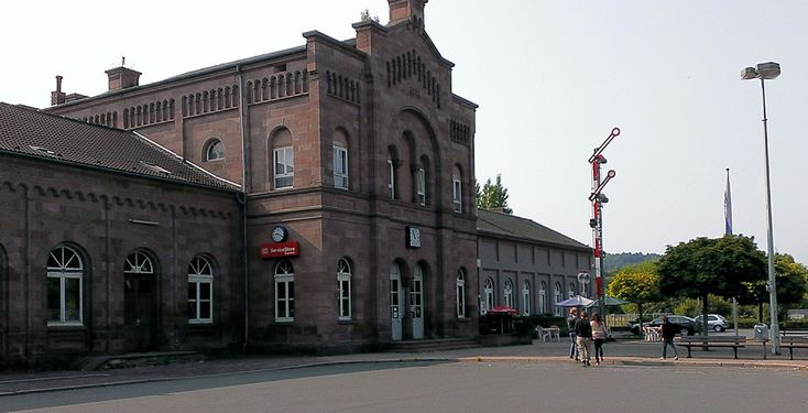 """Holzminden (Niedersachsen): Holzminden ist die Kreisstadt des Landkreises Holzminden in Niedersachsen (Deutschland).  Die an der Weser gelegene Stadt, die seit 2003 offiziell als """"Stadt der Düfte und Aromen"""" beworben wird, gehört zur Metropolregion Hannover-Braunschweig-Göttingen-Wolfsburg."""