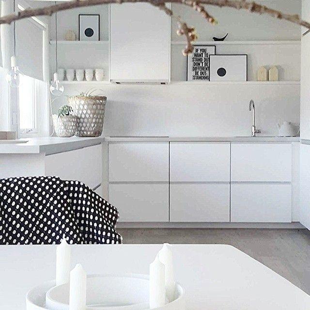 Handleless drawers, grey worktop, white walls.