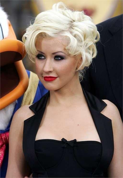 Capelli corti ricci: i tagli per l'inverno 2016 - Taglio corto riccio biondo platino come Christina Aguilera