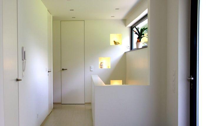 Unser raumhohes, flächenbündiges Türsystem besteht aus einer besonders filigranen Aluminiumzarge und aus einem Türblatt aus Aluminium und HPL-Platten als verzugsfreie Verbundkonstruktion mit Schallschutzeinlage.