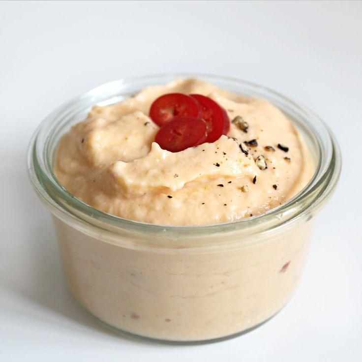 blomkålspure, som du kan bruge som dip, tilbehør til aftensmaden - eller lige hvad du har lyst til. Passer godt til lyst kød og groft grønt Til 2 pers. skal du bruge: - 1 blomkål - 250 g philadelphia light - 1-2 spsk. sød chilisovs - 1-2 tsk. hvid balsamico - ½-1 tsk. salt - Peber Rens og findel blomkålen. Kom 2 cm. vand i en gryde og damp blomkålen til den er mør. Hæld vandet fra og tilsæt resten af ingredienserne. Blend massen til den er helt blød og ensartet. Smag til med salt og peber…