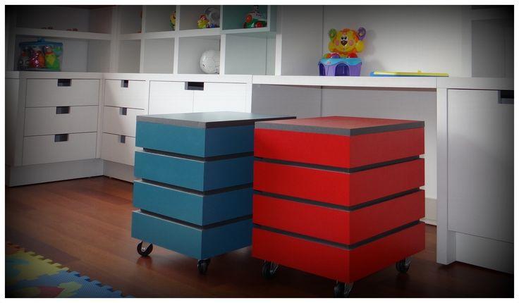 Mueble biblioteca enchapado blanco con aplicaciones de for Aplicacion para disenar muebles