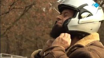 """Abderrahim Ayachi en Issa Ghoula vonden het tijd voor een #Moslim Motorclub. Een club waar mannen met baarden en vrouwen met hoofddoeken niet raar worden aangekeken. Uiteindelijk willen ze met een grote groep motorrijders op #Hadj gaan. """"Als mijn overgroot opa het op een kameel kon, waarom wij dan niet op de motor?""""  http://www.spirit24.nl/#!player/index/program:48096403/group:37200368/spirit/"""