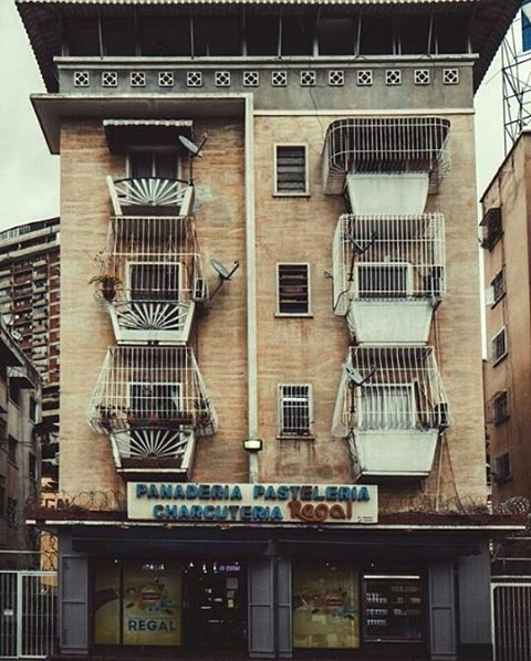 PRESENTA ➖ ➖ F O T O | @otografo A D M I N | @mariana.delafe  M A I L |  hermosacaracas@gmail.com ➖ ➖ T A G | #caracashermosa #venezuelahermosa  #streetfashion #urban #landscape #skyline #photographer #communityfirs #estaes_de_todo #streetphotography #streetview #streetphotographer #canon_photo #nikonphotography  #mobilephotography #wordlcaptures #worldplace #caracas #caracasve #caracascity #caracasciudad
