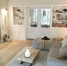 Lichte eiken houten vloer in de woonkamer - gecombineerd met wit en grijs! Dit maakt het interieur heel erg rustig!!