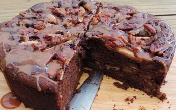 Chocoladecake met peren, dadels en pecannoten