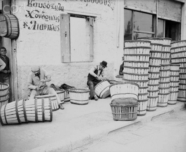 Άνδρες πλέκουν καλάθια στου Ψυρρή/ Men making baskets in the neighbourhood of…