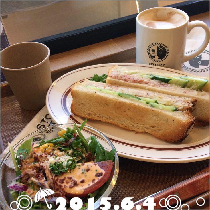 コンビーフサンドイッチとアメリカンサラダにカフェラテのフリーセットランチです。新宿小田急の10階にあるブックカフェは、明るくていいです〜。