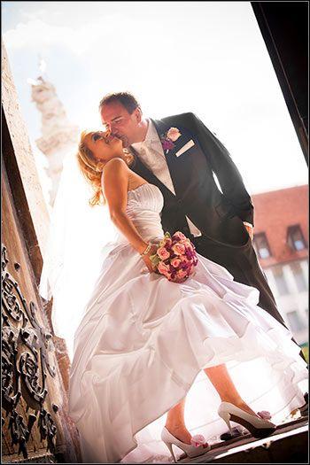 Kreatív esküvői fotózás a várban a Mátyás templom bejáratánál.  Évi & Gábor esküvői képei  http://zoomstudio.hu/eskuvoi-fotos/