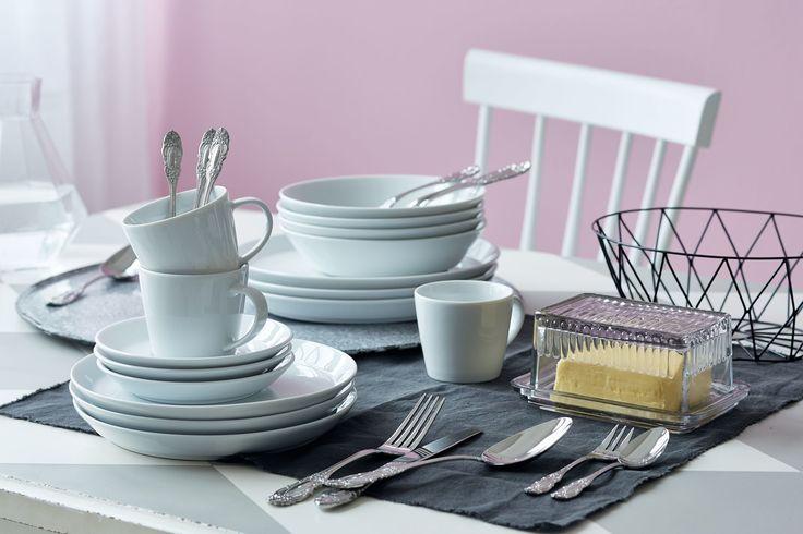 Kaffee- und Tafelservice mit sechs Tassen, Untertassen und Desserttellern sowie sechs tiefen und flachen Tellern.