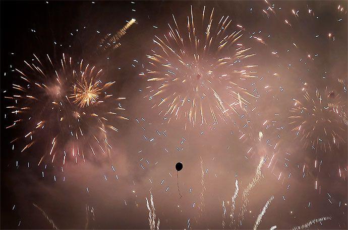 Fuegos artificiales de colores iluminaron el cielo sobre el distrito financiero en Singapur. Las celebraciones comenzaron en la víspera de Año Nuevo, donde se celebran conciertos y miles se reunieron en las calles para marcar el comienzo del año 2014.