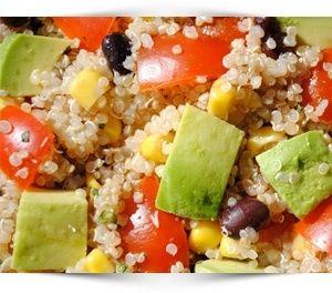 Recept voor eiwitrijke Mexicaanse quinoa salade met avocado, mais en bonen. Bomvol gezonde voedingsstoffen waar je lichaam wat mee kan. Ook voor afvallen.