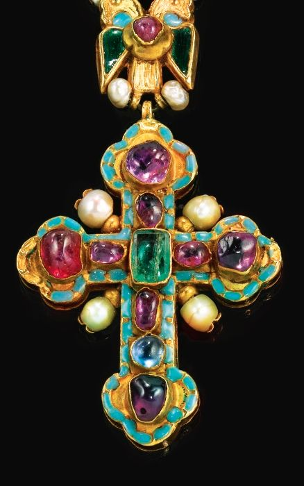[Image 2] A JEWELLED AND ENAMELLED GOLD CROSS PENDANT AND CHAIN, GEORGIAN, LATE 17TH CENTURY, centred with a table-cut emerald within rubies and a sapphire, all collet-set within a turquoise-coloured enamel divided line border.