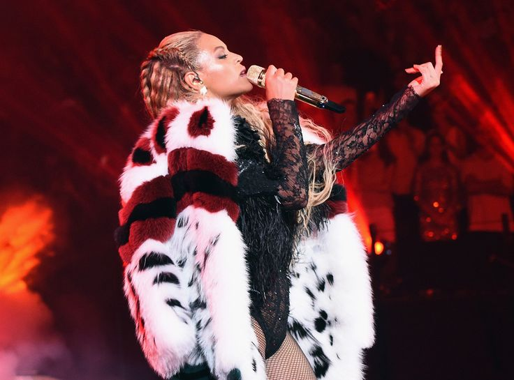 Beyonc� Brings Lemonade to Life on the 2016 MTV VMA Stage and We Can't Look Away