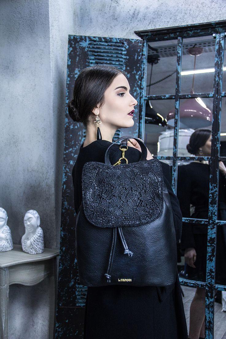 La nuova collezione Label Rose, grinta da indossare. Ogni accessorio è perfetto per ogni occasione, i colori sono di tendenza (ghiaccio, nude, blu elettrico), dettagli in metallo per uno stile che dà personalità. Scopri la collezione su www.labelrose.it #bags #bag #tote #bigbag #clutch #pochette #shopper #ItalianDesign