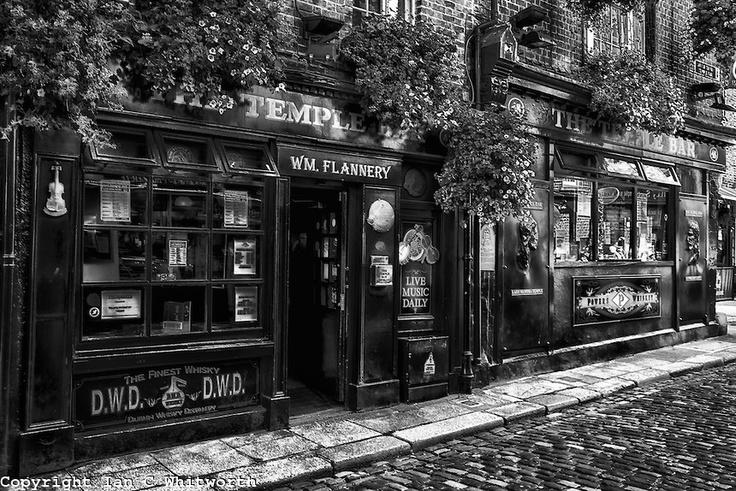 Temple bar dublin black and white