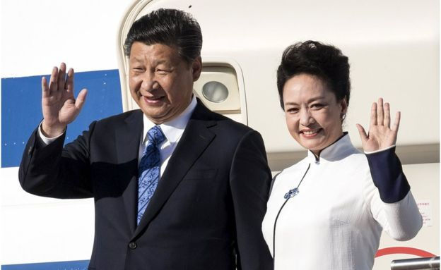 Chinese President Xi Jinping and First Lady Peng Liyuan arrive at Paine Field in Everett, Washington, 22 September 2015