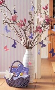 Dag 96 Breng voorjaar in je huis. Een paar bloesemtakken in een mooie vaas en uit vilt allemaal gekleurde vlinders.  Deze foto gezien op het web en een echte inspiratie voor een gezellig hoekje.  Kijk voor vilt eens op www.bijviltenzo.nl