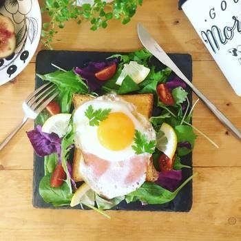 ハムエッグトーストを乗せた朝食ワンプレートに。鮮やかな野菜がより引き立ち、朝からテンションも上がります♪