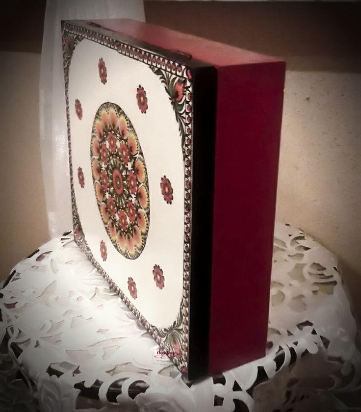 Drewniane pudełko pomalowane na żywą czerwień, wieczko ozdobione etnicznym wzorem, w środku praktyczne przegródki na różne rodzaje herbaty.