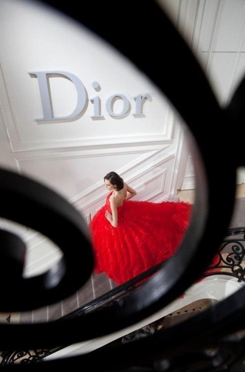 気分はおとぎ話の主人公!クリスチャン・ディオールの真っ赤なゴージャスドレス♡ ハイブランドのカラードレス・花嫁衣装まとめ。