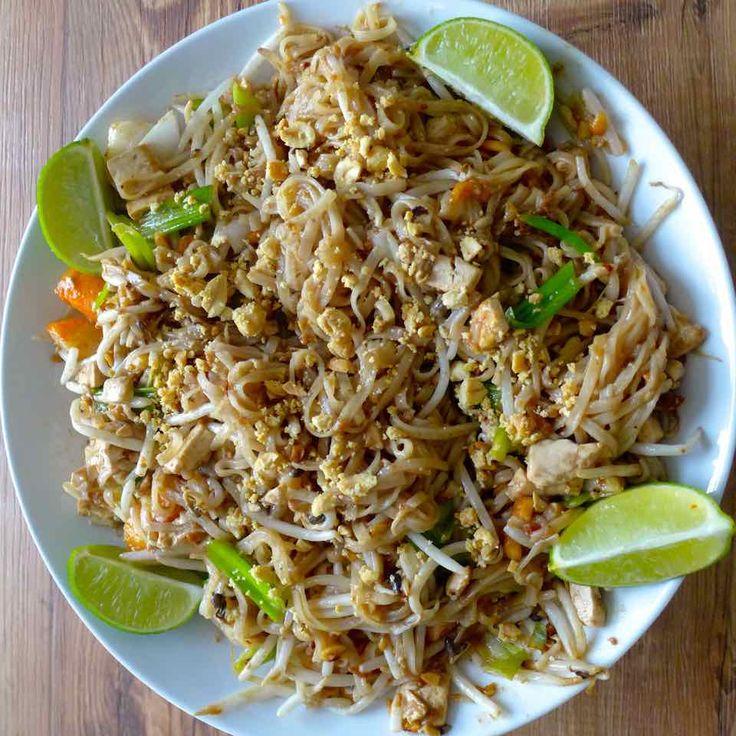 Le pad thai est probablement le plus célèbre plat thaïlandais mais il est aussi l'un des plats les moins traditionnels dans la cuisine du pays asiatique.