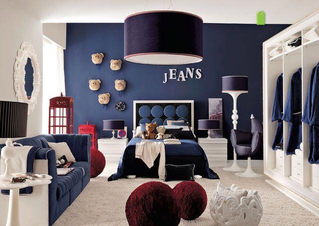 Un bleu indigo sombre orne les murs et les textiles de cette chambre dadolescent