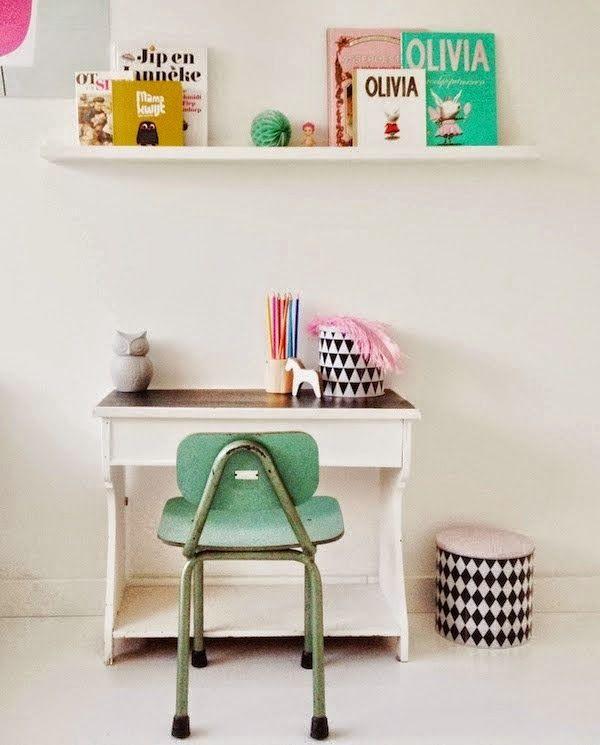 Bureau d'enfant avec petite chaise toute mignonne