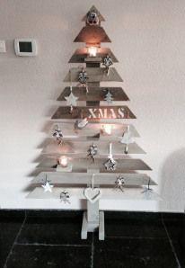 Kerstboom van sloophout, 1.70 meter hoog en 1.10 meter breed. De planken zijn bewerkt met een lichte verflaag om het kleureffect te versterken. De authentieke warme uitstraling van het hout blijft behouden. www.label160.wordpress.com