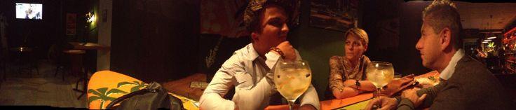 welkom in mãnana bar waar een tafel ook wel een surfplank kan zijn, super cool! eigenaars zijn 2 jonge kerels, broers, het zijn skaters en leven al 5jaar in malaga. Ze spreken hee goed Engels en hebben echt waar zonder te liegen DE beste cocktails en andere dranken van malaga en helemaal niet duur!!