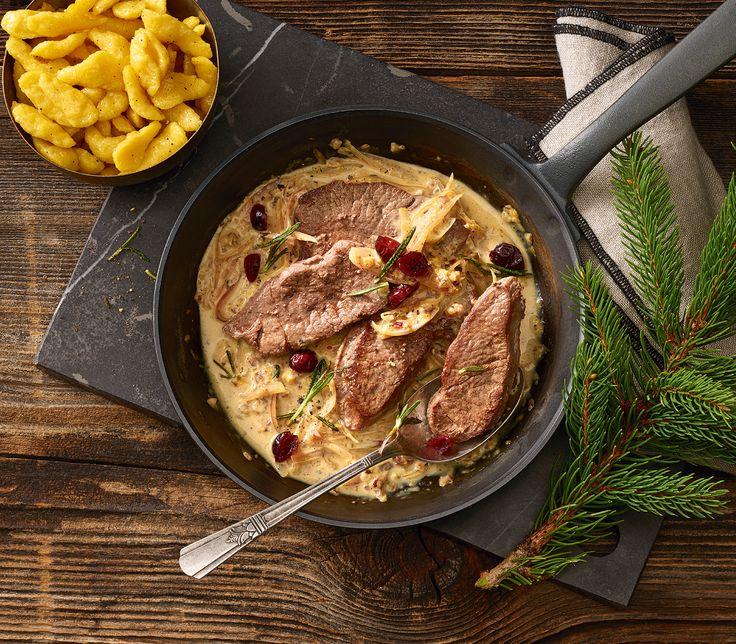 Der Cranberry-Rahm wird mit Wachholderbeeren und Rosmarin verfeinert und passt so ausgezeichnet zu den Rehschnitzeln.