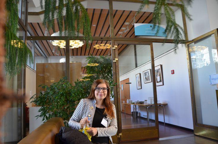 Reija Knuutila valmistautuu haastatteluun Suomen ympäristökeskuksen tiloissa. #syke
