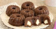 Le ciambelline al cioccolato senza cottura sono dei dolcetti che si preparano in pochi minuti e senza burro, sono golose e con un cuore cremoso!