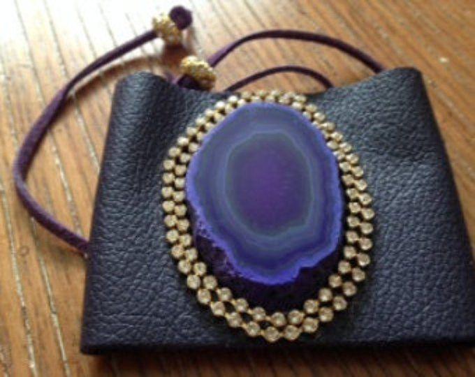 Ancho púrpura brazalete de corsé de cuero con grandes púrpura Ágata focal y cadena de oro y swarovski cristal.