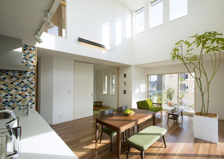 吹き抜けの高窓からは季節や近隣環境の影響を受けることなく、いつでも陽射しがふりそそぎます。|キッチン|インテリア|カウンター|タイル|モダン|ダイニング|おしゃれ|リビング|かわいい|