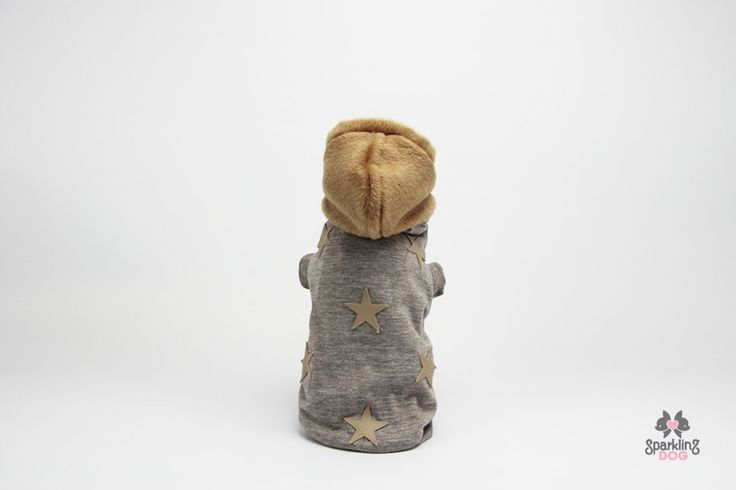 Beige melange sweatshirt with light brown fake leather stars, coated inside with cream fake fur. The cap is in wool and cashmere and is removable.
