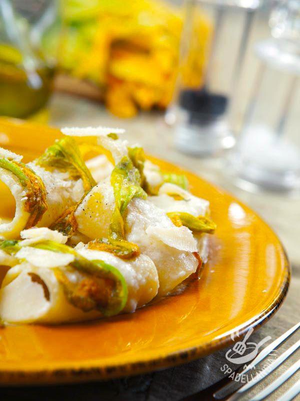 Il mix di un buon formaggio e di una verdura di qualità non può che creare risultati appetitosi come questi Paccheri con fonduta di Asiago e fiori di zucca