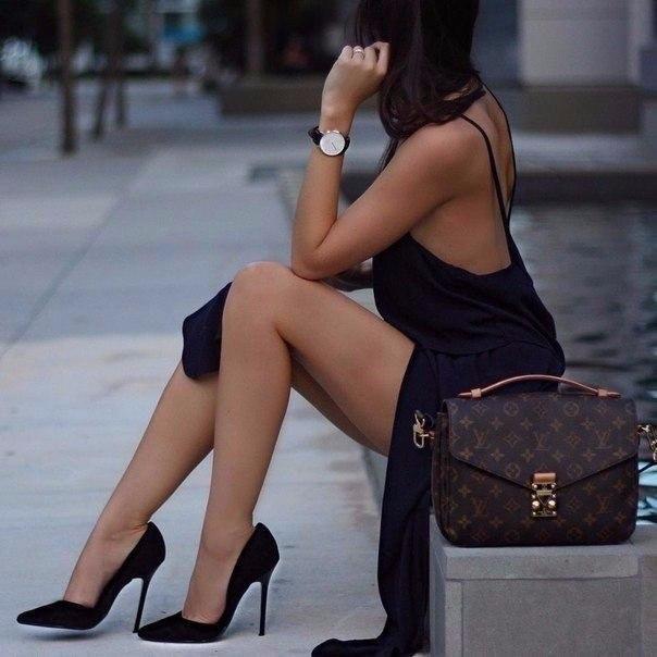 Мы – женщины, мы – тонкие натуры... Мы очень близко к сердцу всё берём... И иногда, как маленькие дуры, чего-то напридумаем и ждём! :)