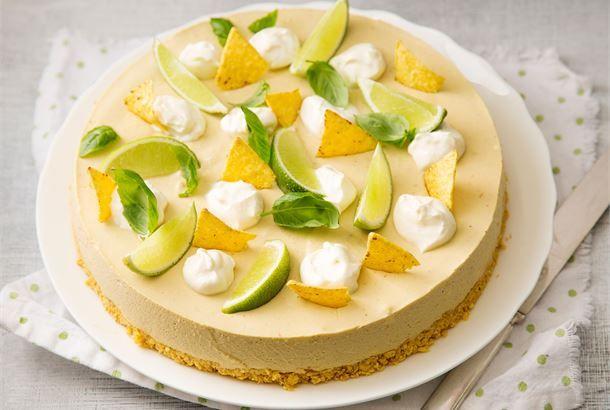Avokadokakku  Juhlien suolainen hittikakku! Tex mex henkinen kakku pohjiaan myöten. Helppotekoinen ja raikas illanistujaisten tai juhlien vihreä yllätys. http://www.valio.fi/reseptit/avokadokakku/ #resepti #ruoka